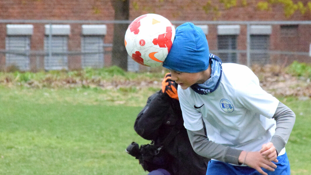 Heading. This type of impact again and again: Is this the cause of the head injuries many football players describe? Stian Bahr Sandmo want to find out.