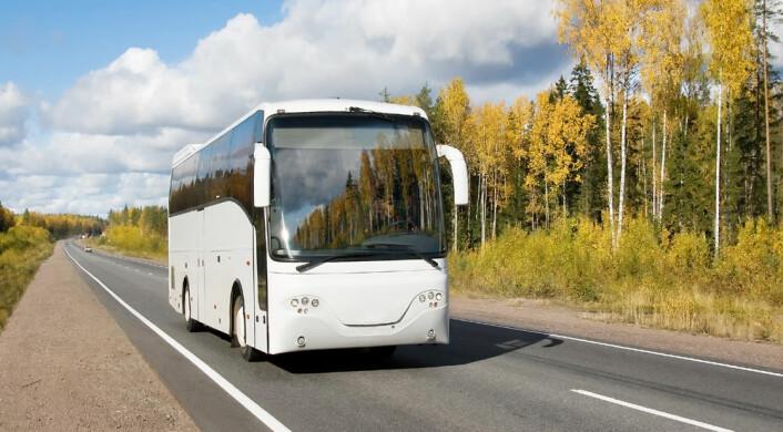 Hva beveger seg, bussen eller landskapet? Svaret avhenger av om du opplever bevegelsen fra bakken eller fra bussen. (Illustrasjonsfoto: www.colourbox.no)