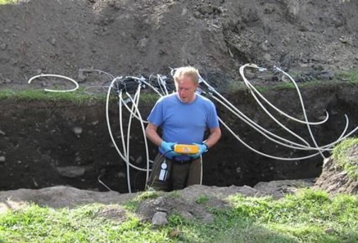 Seniorforsker Ove Bergersen fra Bioforsk har plassert ut overvåkingsutstyr under og rundt nybygg i flere deler av landet for å undersøke om bevaringsforholdene endrer seg over tid eller holder seg stabile. (Foto: Bioforsk)