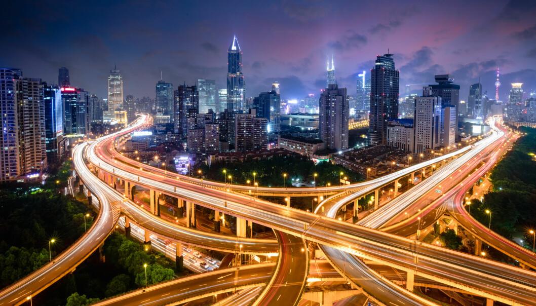 De menneskeskapte tingene består av mye betong, steinmasser og asfalt. Bildet viser et veikryss i Shanghai i Kina.