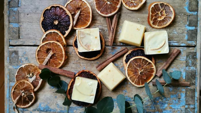 Disse gurkemeiefargede såpestykkene som dufter kanel og appelsin er det nesten fristende å spise.