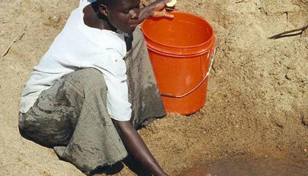 Kvinne henter forurenset drikkevann i landsbyen Mwamanongu i Tanzania. Foto: Bob Metcalf, Wikimedia Commons