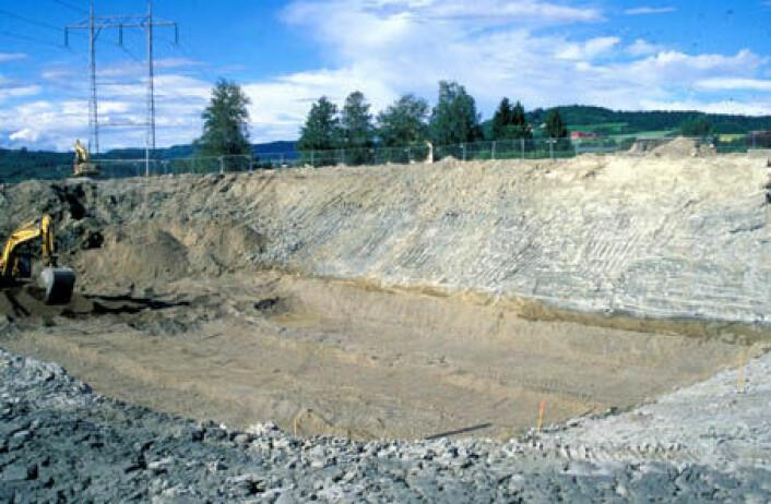 """""""Vegbyggingen gir en unik mulighet til innblikk i skredhistorien og det som foregår av indre prosesser med massebevegelser i et leirskred. En kort tunnel på nye E6 nord for Melhus er fundamentert på en gammel elveslette av sand og grus som ligger begravd under fem til seks meter tykke skredmasser."""""""