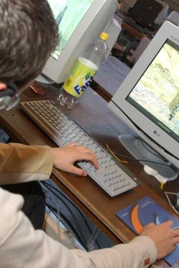 Stadig flere ungdommer bruker sommerferien til dataspilling. (Foto: Colourbox)