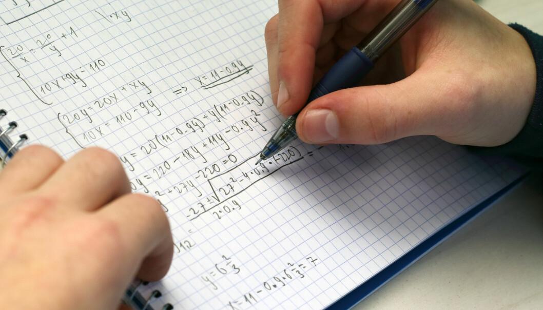 Høyre vil ha en skolereform og innføre flere undervisningstimer i realfag. Men danskene har gjort dette allerede. De opplever at ferdighetene i matematikk har falt etter reformen.
