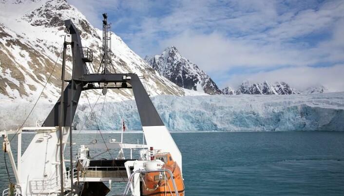 Etter at isen i Arktis har åpnet seg, er skipsfarten mellom Europa og Asia økende. Da blir det også økende behov for signaler til navigasjon - noe nordlyset kan forstyrre.