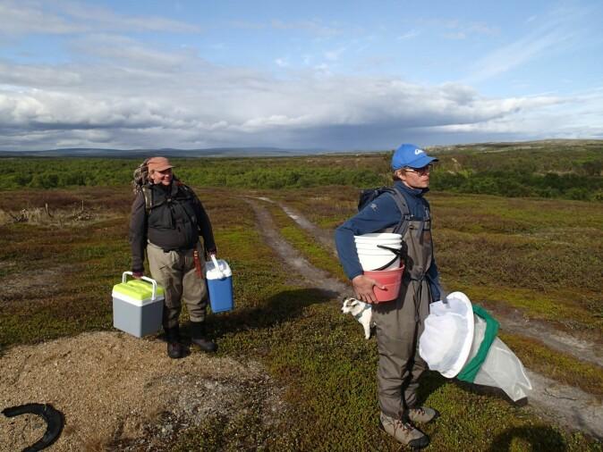 Naturforskeres arbeidsdag består av mye bæring. Her Jenny Jensen og Antti Eloranta.