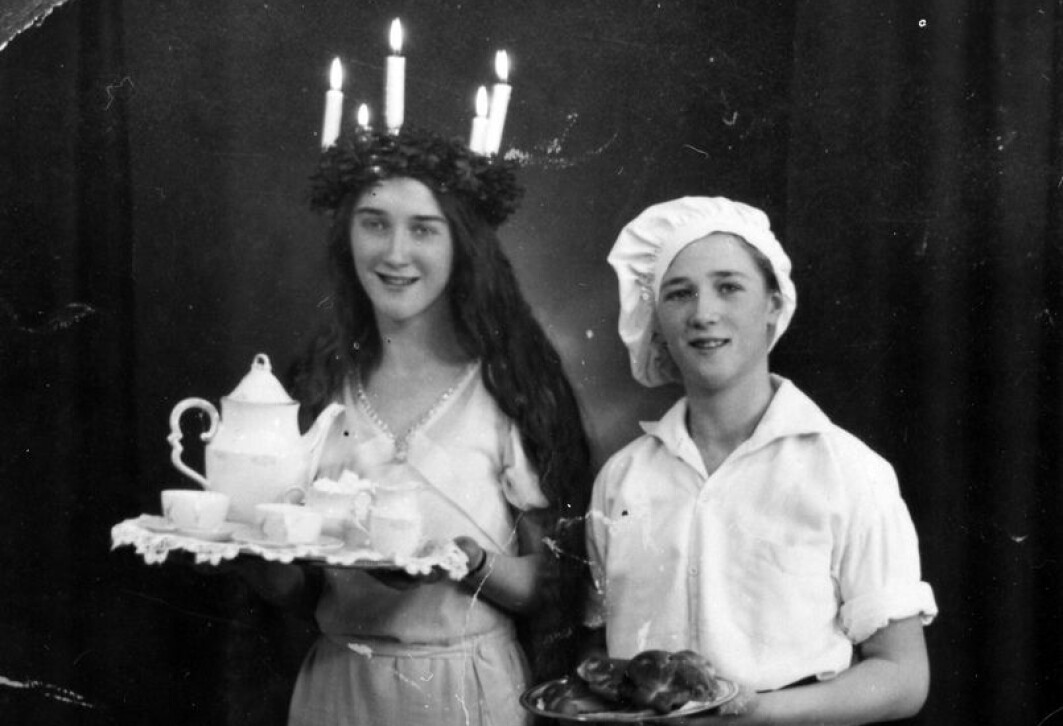 En Lucia og en bakergutt serverer kaffe og lussekatter i et svensk hjem i 1933.