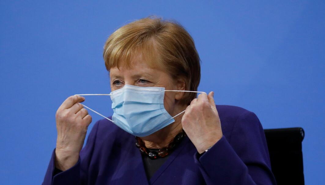 I Tyskland er det lenge vært plikt til å bruke munnbind på de fleste offentlige steder. Forbundskansler Angela Merkel har gått foran som et godt eksempel.