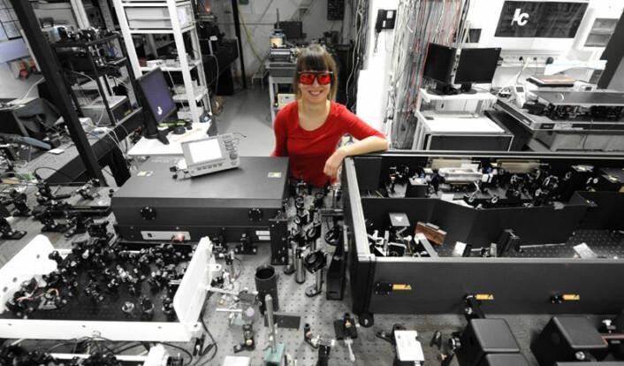 Joanna Oracz in det optiske laboratoriet. (Foto: Grzegorz Krzyzewski/Universitetet i Warszawa)