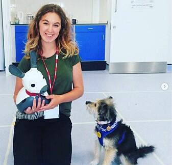 Olivia Barber er forsker ved University of Portsmouth i England. Her er hun sammen med roboten MiRo-E og Tallulah.