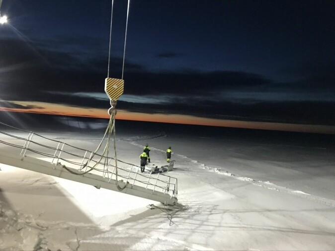 Forskere fra Universitetet i Tromsø ute på isen for å hente prøver.