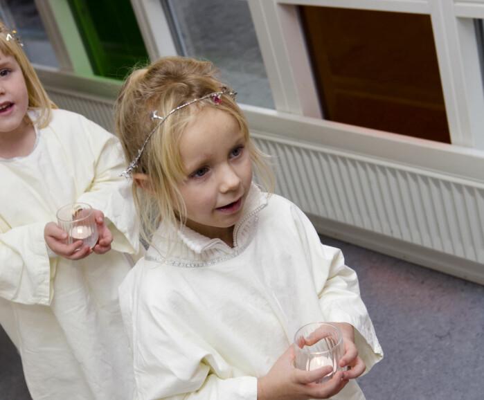 Oggi associamo la celebrazione di Lucia in Norvegia con i bambini dell'asilo oi bambini delle scuole che vanno in treno.