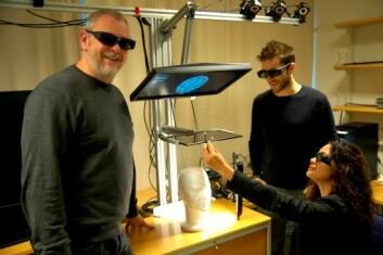 Andrew Perkis (f.v.) jobber med installasjonen A-me sammen doktorgradsstudentene Jordi Puig og Wendy Ann Mansilla. (Foto: NTNU)