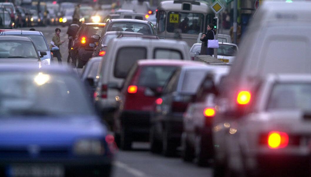 Svevestøv lages blant annet når biler slipper ut eksos og harver opp asfalten de kjører på. Det er en klar sammenheng mellom slikt støv og fare for lungekreft. Colourbox.com