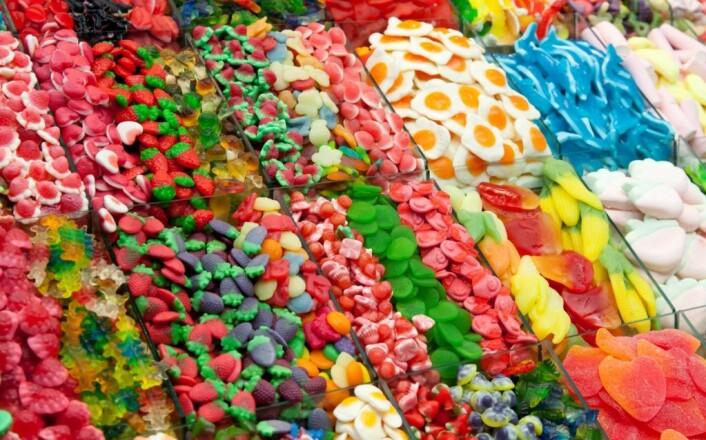 Vanlig sukker, som finnes i for eksempel  godteri og brus, inneholder halvparten fruktose og halvparten glukose, som er druesukker. (Foto: Colourbox)