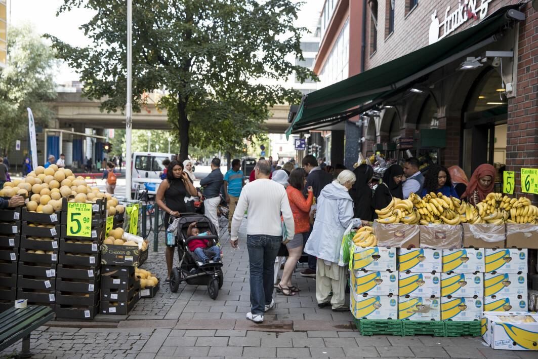 Grønnsakbutikk i bydelen Grønland i Oslo, som har en stor andel innvandrere. Samtidig som tilliten og positive holdninger til innvandrere og innvandring øker, øker også kontakten med innvandrere som bor i Norge.