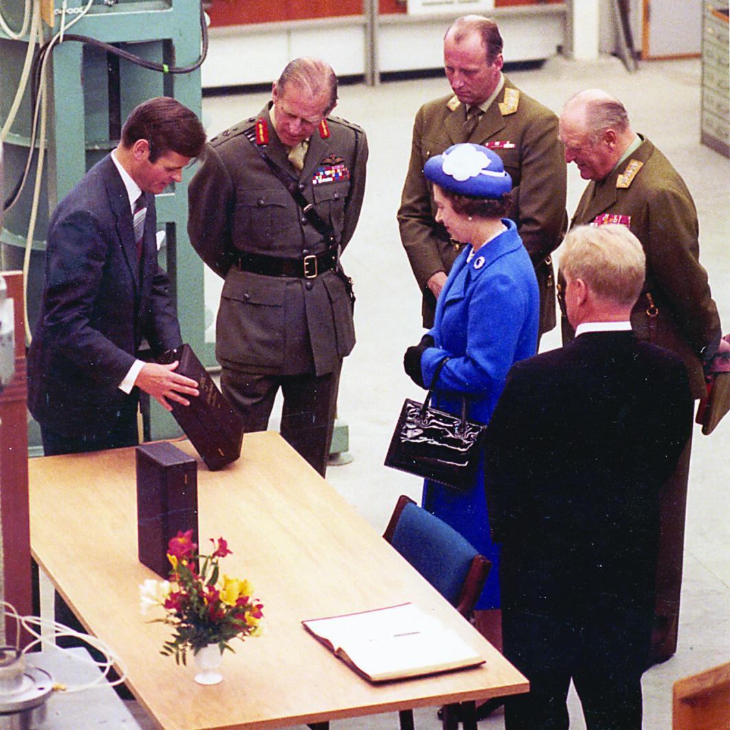 Hva gir man det britiske kongeparet i gave? NGIs gave var symbolsk for hvordan grunnforholdene i Nordsjøen er et viktig bindeledd mellom Norge og Storbritannia: Jordprøver fra Nordsjøen støpt inn i krystall.