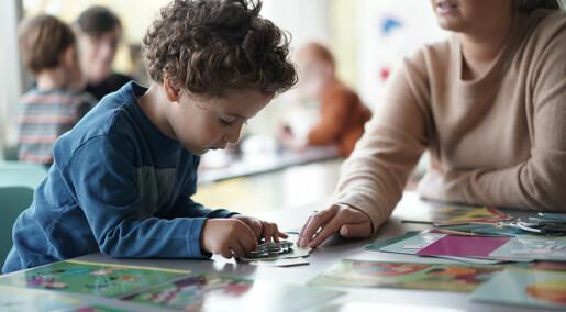 Samtaler over bøker gjør tospråklige barn sterkere i norsk