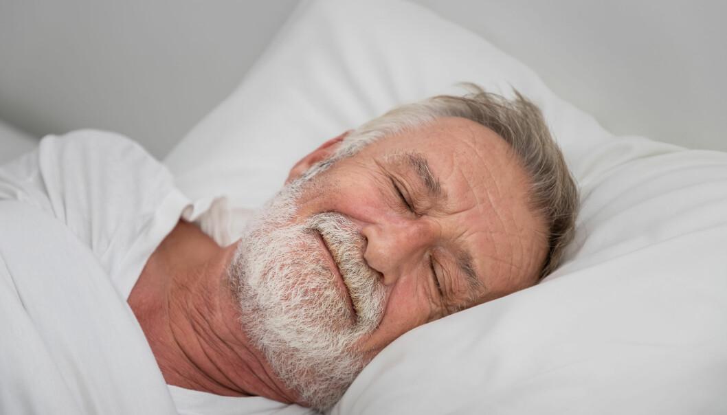 De fleste studier viser at vi får dårligere søvnkvalitet og sover kortere når vi blir eldre. Men eldre opplever ikke selv at de får dårligere søvn, sier forsker.