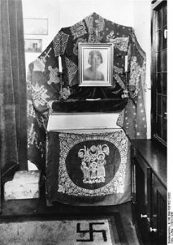 Minne over Carin Göring fra ekteparets bolig i Berlin, med hakekors på teppet. Bilde tatt i 1931. (Foto: Bundesarchiv/Wikipedia)
