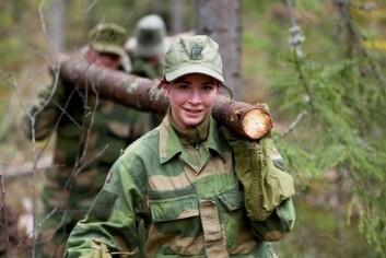 Mange kvinner tror at fysiske utfordringer blir for store i Forsvaret. Her bærer en soldat tømmer under Forsvarets kvinnecamp i 2012. (Foto: Ole Gunnar Henriksen Nordli / FMS)