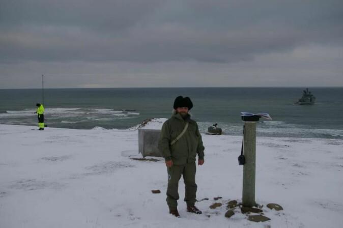 Magnar Gullikstad Johnsen venter på skyss tilbake med et kystvaktskip etter å ha foretatt en såkalt absoluttmåling av jordas magnetfelt på Hopen på Svalbard.