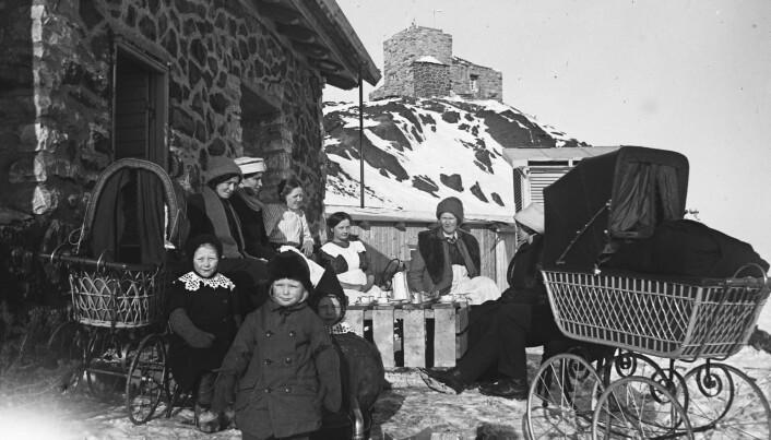 En vårlig dag hvor Haldde viser seg fra sin mer snille side og familiene tar en kaffepause i solveggen ved boligen.