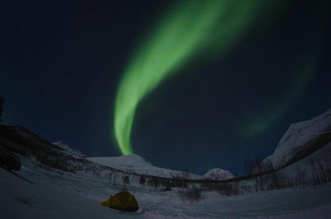 Nordlyset har lokket mange turister til Nord-Norge. En nordlysforsker fra UiT hadde også en finger med i spillet i et britisk TV-program om nordlyset.