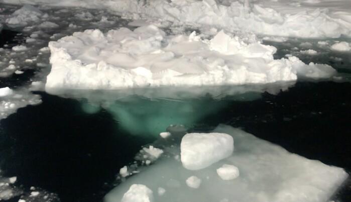 Nesten 90 prosent av isens masse ligger under vannflaten. Her ligger det lett snø på toppen.