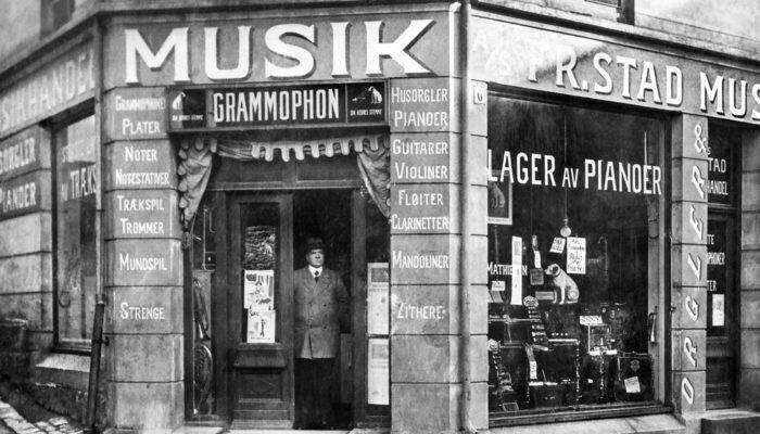 Kanskje ble de kommersielle innspillingen solgt her, i en musikkforretning i Fredrikstad, fotografert cirka 1910 .