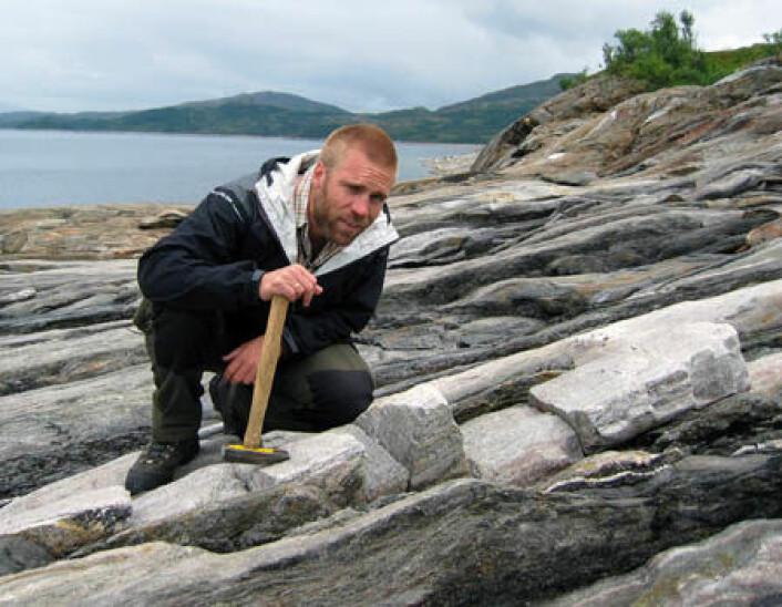 Forsker Trond Slagstad mener at en langvarig subduksjon av havbunnsskorpe er årsak til utviklingen av Norges én miliard år gamle fjellkjede. Foto: NGU
