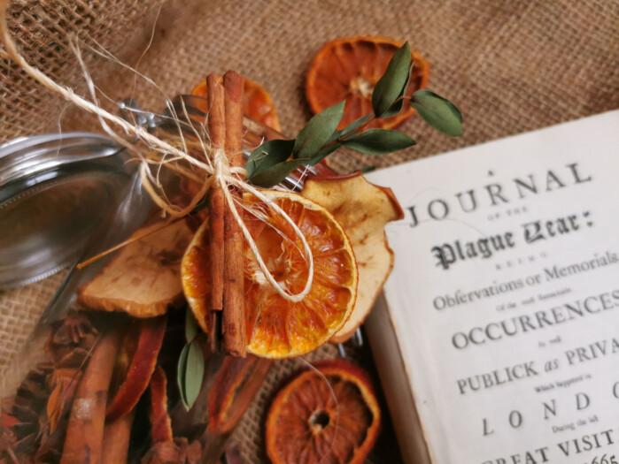 En pomander trenger ikke å inneholde dyre ingredienser, den virker ikke mot pesten allikevel. Men du kommer langt med en tørket appelsin, en pakke stjerneanis og noen kanelstenger for å lage julestemning.