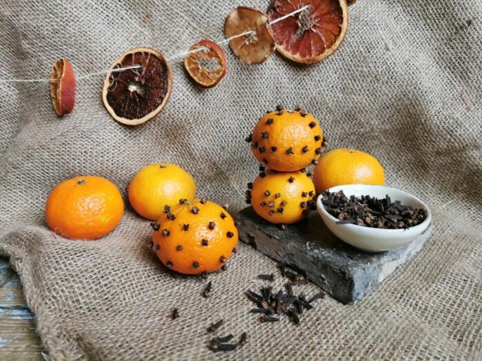 Stikk nellikspiker i appelsiner eller klementiner, eller tørk skiver av sitrusfrukt og heng opp en finfin pomandergirlander