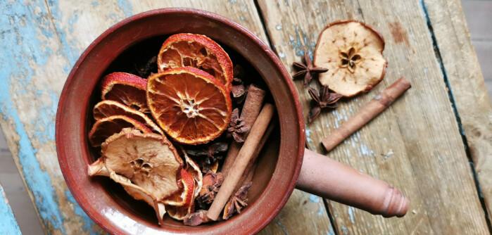 Potpourri som står på peisen i en skål som tåler sterk varme, vil fylle huset med lukten av jul.