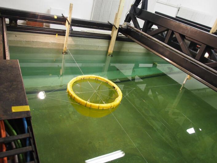 I doktorgradsarbeidet sitt tester Ida Marlen Strand ut hvordan sjøkreftene virker på notposer til bruk i lukkede anlegg. (Foto: Zsolt Volent)