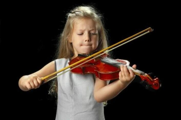 Barn som bedrev kulturelle aktiviteter, som å spille et instrument, hadde mindre risiko for overvekt 11 år senere, enn sine mer sosiale jevnaldrende. (Foto: Shutterstock)