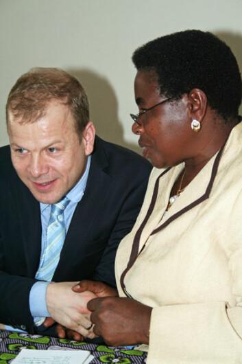 Terezya P. L. Huvisa i samtale med Norges utviklingsminister Heikki Holmås. (Foto: Asle Rønning)