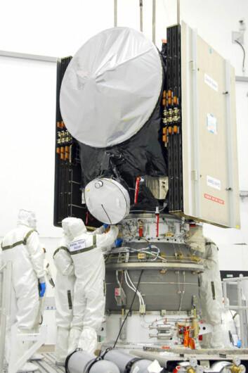 Montering og klargjøringen av Dawn på festeplatformen for det øverste og tredje trinnet av bæreraketten som sendte Dawn ut i verdensrommet. (Foto: NASA)