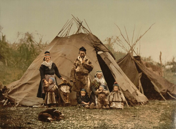 En samefamilie fra rundt 1900. (Foto: Photoglob AG Zürich/Wikimedia Commons)