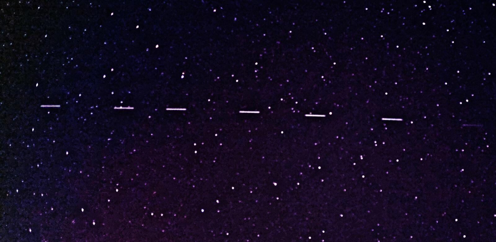 Starlink-satellitter i teleskopfoto.
