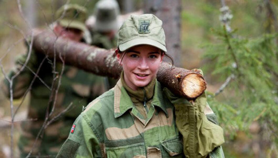 Mange kvinner tror at fysiske utfordringer blir for store i Forsvaret. Her bærer en soldat tømmer under Forsvarets kvinnecamp i 2012. Ole Gunnar Henriksen Nordli / FMS