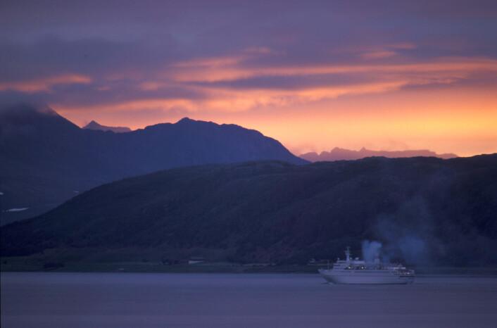 Cruiseskip fra hele verden ankommer norske havner for å oppleve fjord, fjell og fossefall. Her fra Ansnes ved Malangfjorden i Balsfjord i Troms. (Foto: Oskar Puschmann / Skog og landskap)