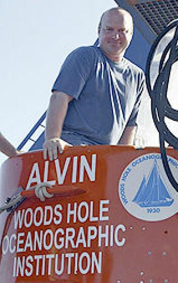 """""""Tim Shank klatrer ombord i undervannsbåten Alvin. Foto: Undervannsbåten Alvin. Foto: Woods Hole Oceanographic Institution"""""""