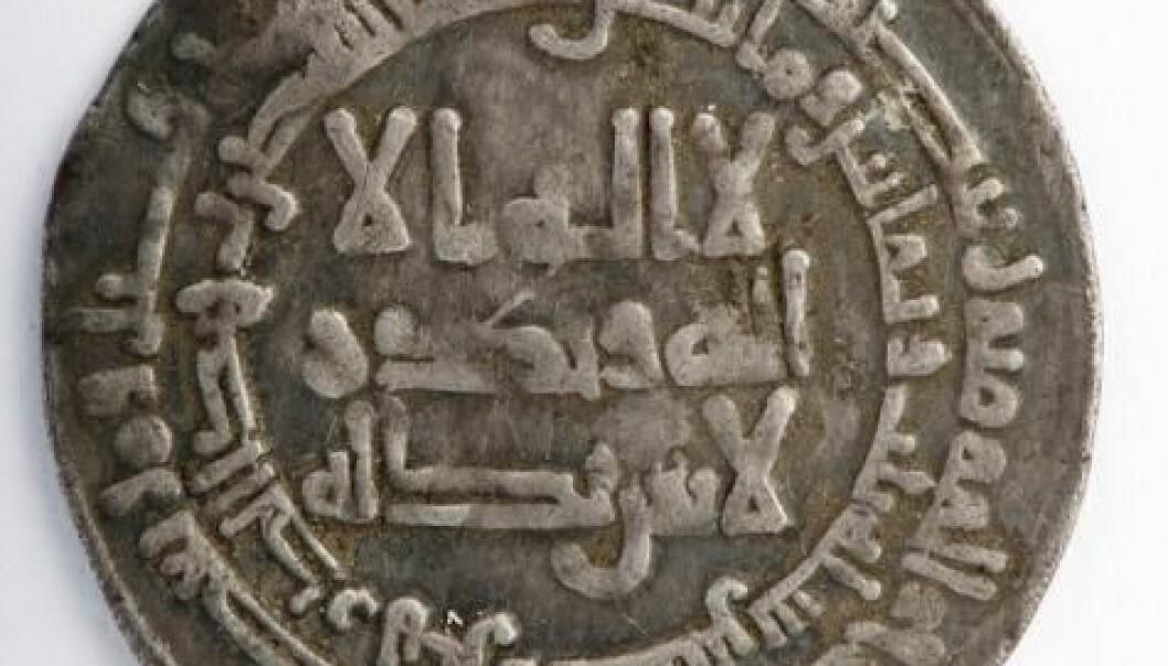 De nordiske vikingene var ikke videre interessert i hva som var preget inn i de kufiske myntene. For dem var sølvvekta det viktigste. NTNU Vitenskapsmuseet/Åge Hojem