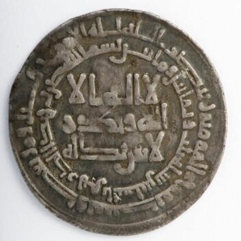 De nordiske vikingene var ikke videre interessert i hva som var preget inn i de kufiske myntene. For dem var sølvvekta det viktigste. (Foto: NTNU Vitenskapsmuseet/Åge Hojem)