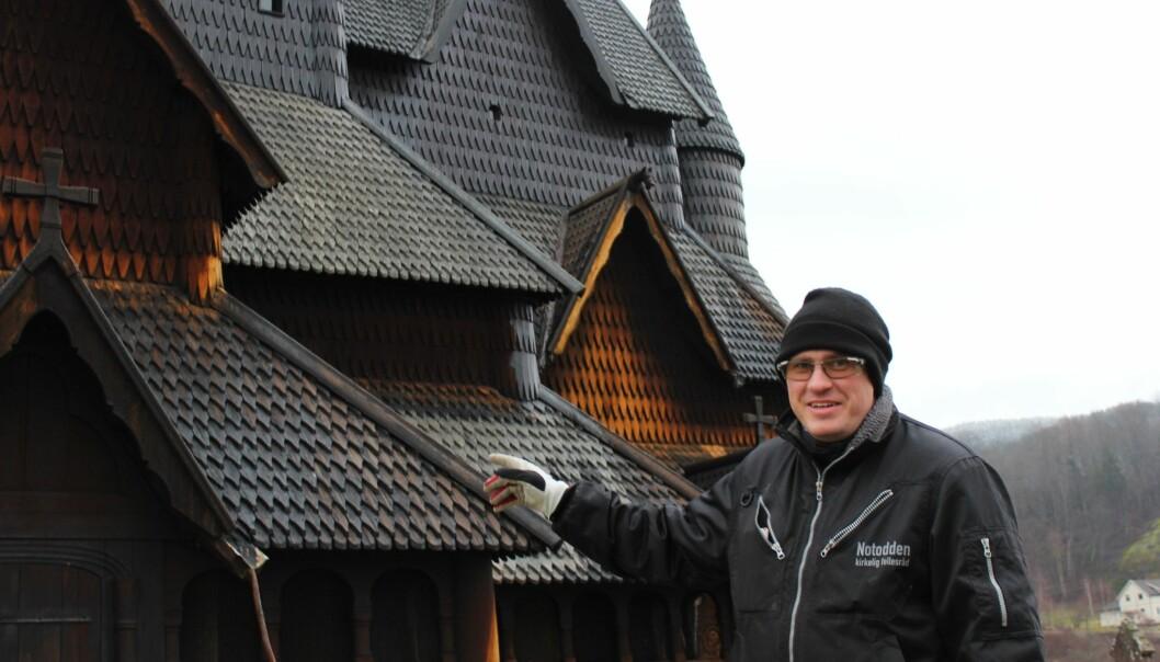 Ingmar Kroken har hatt ansvaret for tjæring av Heddal stavkirke siden 2018. Målet hans for framtida er at kirken skal være svartfarget hele tiden, og at han skal klare å bygge et tykt lag med tjære. Da blir vedlikeholdet enklere.