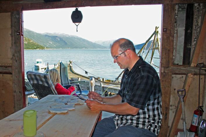 Espen Vidjeland driver fiskecamp i Låvan i Kvænangen. På iPaden melder han inn fiskeslag og antall fisk. (Foto: Ottar Remmen, Tura AS)