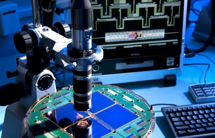 Detektor på BICEP-2-instrumentet som kartla polariseringen, svingeretningen på mikrobølgene fra bakgrunnsstrålingen etter Big Bang. Virvler i denne polariseringen er rester av gravitasjonsbølger i universets første mikrosekunder. (Foto: NASA)