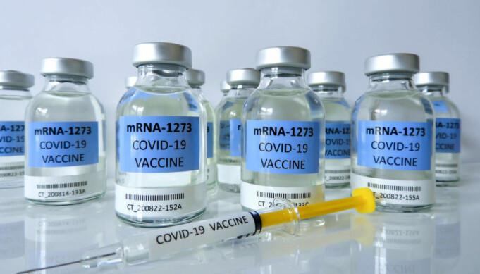 De nye RNA-vaksinene programmerer kroppen til å vaksinere seg selv. De skiller seg fra tradisjonelle vaksiner fordi de ikke inneholder levende eller svekkede virus, men består av en kopi av den delen av koronavirusets arvemateriale som kalles Messenger-RNA (mRNA).